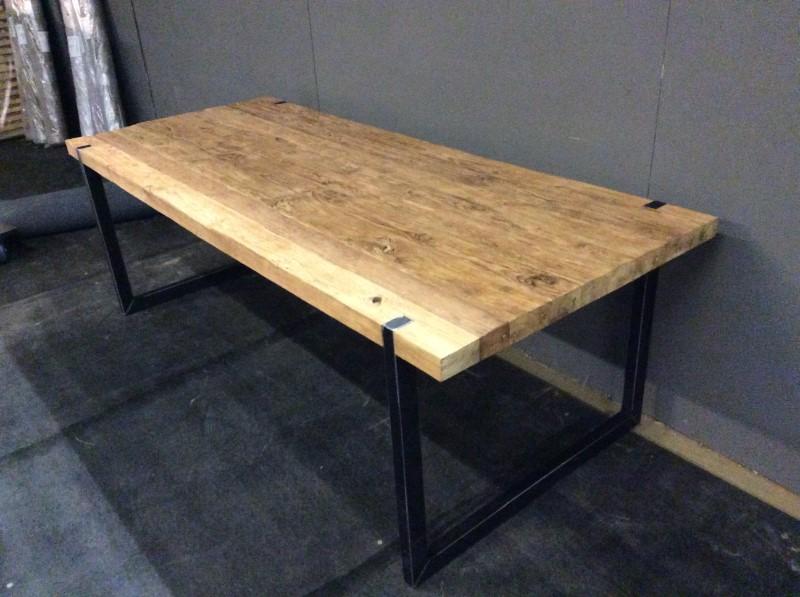 Tafel teak met metalen onderstellen